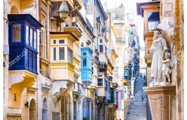 Фотообои Узкая улочка с яркими балкончиками